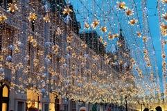 Moscú, Rusia - 23 de diciembre de 2017 La calle de Nikolskaya por la tarde del Año Nuevo y de la Navidad enciende la decoración Imagen de archivo