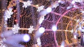 MOSCÚ, RUSIA - 21 DE DICIEMBRE DE 2017: La gente en encendido con las luces coloreadas hace un túnel Calle adornada por Año Nuevo metrajes