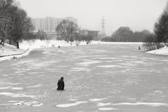 Moscú, Rusia - 19 de diciembre de 2017 Opinión del invierno en el área de Butovo del sur Pesca del hielo en la ciudad Fotos de archivo