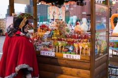 Moscú, Rusia - 21 de diciembre de 2017: Vendedor en Mini Shop With Dif Foto de archivo