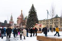 Moscú, Rusia - 5 de enero de 2018: Árbol del ` s del Año Nuevo en el fondo de la catedral del ` s de la albahaca del St y de la g Imagenes de archivo