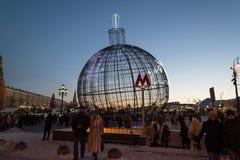 MOSCÚ, RUSIA - 10 de enero 2016 Bola grande de la Navidad de la red en el cuadrado de Manege en Moscú Fotografía de archivo libre de regalías