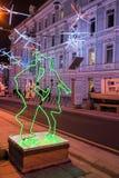 MOSCÚ, RUSIA - 25 DE ENERO DE 2016: Calle, decoración e iluminación de Dmitrovka por días de fiesta del Año Nuevo y de la Navidad Foto de archivo libre de regalías