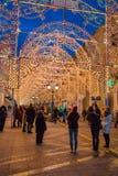 MOSCÚ, RUSIA - 25 DE ENERO DE 2016: Calle, decoración e iluminación de Nikolskaya por días de fiesta del Año Nuevo y de la Navida Fotos de archivo