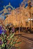 MOSCÚ, RUSIA - 25 DE ENERO DE 2016: Calle, decoración e iluminación de Nikolskaya por días de fiesta del Año Nuevo y de la Navida Foto de archivo libre de regalías