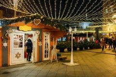 MOSCÚ, RUSIA - 25 DE ENERO DE 2016: Calle, decoración e iluminación de Tverskaya por días de fiesta del Año Nuevo y de la Navidad Foto de archivo