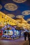 MOSCÚ, RUSIA - 25 DE ENERO DE 2016: Carril, decoración e iluminación de Kamergersky por días de fiesta del Año Nuevo y de la Navi Fotografía de archivo libre de regalías