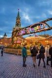 MOSCÚ, RUSIA - 25 DE ENERO DE 2016: Cuadrado rojo, decoración e iluminación por días de fiesta del Año Nuevo y de la Navidad cerc Fotografía de archivo