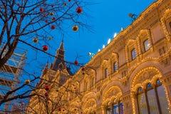 MOSCÚ, RUSIA - 25 DE ENERO DE 2016: Cuadrado rojo, GOMA, decoración e iluminación por días de fiesta del Año Nuevo y de la Navida Fotos de archivo libres de regalías