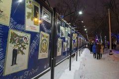 Moscú, Rusia - 17 de enero de 2015 exposición de la foto de las tarjetas de Navidad en el bulevar de Tverskoy Fotos de archivo libres de regalías