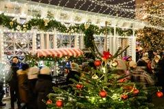 MOSCÚ, RUSIA - 3 DE ENERO DE 2017: Mercado de la Navidad en la calle de Tverskaya Fotos de archivo libres de regalías