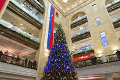 MOSCÚ, RUSIA - 10 de enero 2016 El interior del pasillo central con el abeto de la Navidad en el mundo de los niños centrales de  Fotos de archivo