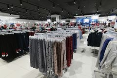 Moscú, Rusia - 18 de enero 2019 El interior de la tienda Gloria Jeans Compañía para la producción y el comercio de la ropa para fotografía de archivo libre de regalías