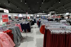 Moscú, Rusia - 18 de enero 2019 El interior de la tienda Gloria Jeans compañía de la producción y comercio de la ropa para imagen de archivo