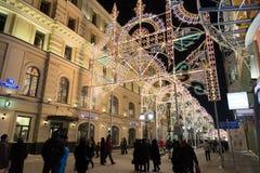 MOSCÚ, RUSIA - 10 de enero 2016 Festival - luz de la Navidad - en la calle de Nikolskaya Foto de archivo