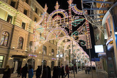 MOSCÚ, RUSIA - 10 de enero 2016 Festival - luz de la Navidad - en la calle de Nikolskaya Imagen de archivo libre de regalías