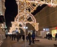MOSCÚ, RUSIA - 10 de enero 3016 Festival - luz de la Navidad - en la calle Nikolskaya Foto de archivo libre de regalías