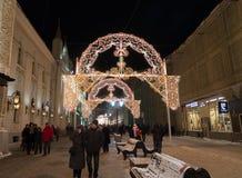 MOSCÚ, RUSIA - 10 de enero 3016 Festival - luz de la Navidad - en la calle Nikolskaya Fotografía de archivo