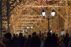 MOSCÚ, RUSIA - 10 de enero 3016 Festival - luz de la Navidad - en la calle Nikolskaya Imagenes de archivo