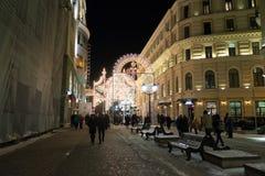 MOSCÚ, RUSIA - 10 de enero 3016 Festival - luz de la Navidad - en la calle Nikolskaya en centro de ciudad Foto de archivo