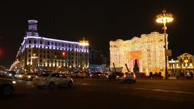 Moscú, Rusia - 27 de enero de 2018: gente en el cuadrado adornado por el Año Nuevo en el centro del capital, Tverskaya almacen de video