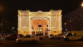 Moscú, Rusia - 27 de enero de 2018: gente en el cuadrado adornado por el Año Nuevo en el centro del capital, Tverskaya metrajes