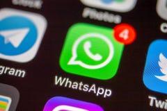 MOSCÚ, RUSIA - 11 DE ENERO DE 2018: Icono del uso del mensajero de WhatsApp en la pantalla del lcd fotos de archivo libres de regalías