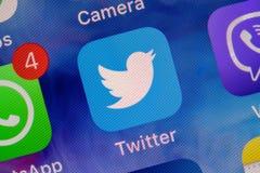 MOSCÚ, RUSIA - 11 DE ENERO DE 2018: Icono del uso de Twitter en cierre de la pantalla del lcd para arriba fotografía de archivo