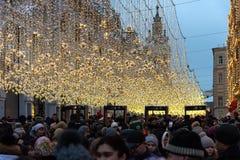 Moscú, Rusia - 5 de enero de 2018: La calle de Nikolskaya por la tarde del Año Nuevo y de la Navidad enciende la decoración Foto de archivo