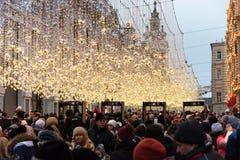 Moscú, Rusia - 5 de enero de 2018: La calle de Nikolskaya por la tarde del Año Nuevo y de la Navidad enciende la decoración Foto de archivo libre de regalías