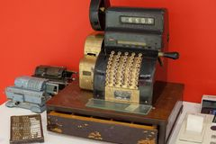Moscú/Rusia - 9 de enero de 2013: muy vieja caja registradora foto de archivo