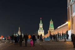 MOSCÚ, RUSIA - 10 de enero 2016 Paseo de la gente en Plaza Roja Fotografía de archivo libre de regalías