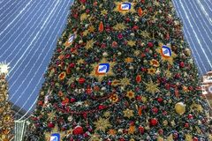 Moscú, Rusia - 2 de enero 2019 Picea hermosa en el cuadrado de Lubyanka durante viaje del festival a la Navidad Decoración con el fotos de archivo libres de regalías