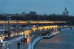 Moscú, Rusia - 5 de enero de 2018: Puente de Poryachiy en el parque de Zaryadye por la tarde con el ` s del Año Nuevo y luces de  Fotos de archivo libres de regalías