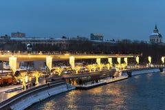 Moscú, Rusia - 5 de enero de 2018: Puente de Poryachiy en el parque de Zaryadye por la tarde con el ` s del Año Nuevo y luces de  Imagenes de archivo