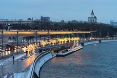 Moscú, Rusia - 5 de enero de 2018: Puente de Poryachiy en el parque de Zaryadye por la tarde con el ` s del Año Nuevo y luces de  Foto de archivo libre de regalías