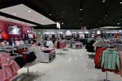 Moscú, Rusia - 18 de enero 2019 Ropa para las muchachas en la tienda de Gloria Jeans Compañía para la producción y el comercio de imagen de archivo libre de regalías