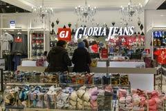 Moscú, Rusia - 18 de enero 2019 Tienda de Gloria Jeans - compañía para la producción y el comercio de la ropa fotos de archivo