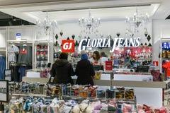 Moscú, Rusia - 18 de enero 2019 Tienda de Gloria Jeans - compañía para la producción y el comercio de la ropa para los niños y foto de archivo libre de regalías