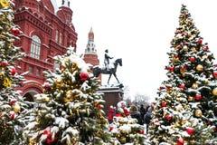 Moscú, Rusia - 5 de enero de 2018: Viaje del festival de Moscú a la Navidad Árboles iluminados del Año Nuevo en el cuadrado de Ma Imágenes de archivo libres de regalías
