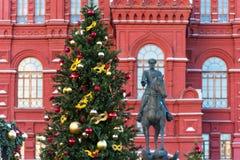 Moscú, Rusia - 9 de enero de 2018: Viaje del festival de Moscú a la Navidad Árboles iluminados del Año Nuevo en el cuadrado de Ma Imagenes de archivo