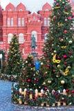 Moscú, Rusia - 9 de enero de 2018: Viaje del festival de Moscú a la Navidad Árboles iluminados del Año Nuevo en el cuadrado de Ma Imágenes de archivo libres de regalías
