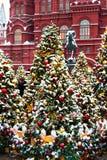 Moscú, Rusia - 5 de enero de 2018: Viaje del festival de Moscú a la Navidad Árboles iluminados del Año Nuevo en el cuadrado de Ma Fotos de archivo