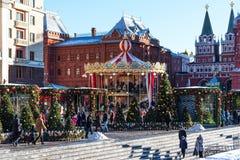 Moscú, Rusia - 9 de enero de 2018: Viaje del festival de Moscú a la Navidad Árboles iluminados del Año Nuevo en el cuadrado de Ma Imagen de archivo libre de regalías