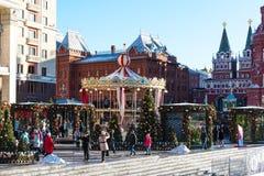 Moscú, Rusia - 9 de enero de 2018: Viaje del festival de Moscú a la Navidad Árboles iluminados del Año Nuevo en el cuadrado de Ma Imagen de archivo