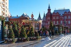 Moscú, Rusia - 9 de enero de 2018: Viaje del festival de Moscú a la Navidad Árboles iluminados del Año Nuevo en el cuadrado de Ma Fotografía de archivo libre de regalías