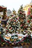 Moscú, Rusia - 5 de enero de 2018: Viaje del festival de Moscú a la Navidad Árboles iluminados del Año Nuevo en el cuadrado de Ma Fotografía de archivo libre de regalías