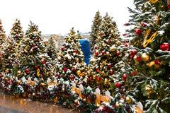 Moscú, Rusia - 5 de enero de 2018: Viaje del festival de Moscú a la Navidad Árboles iluminados del Año Nuevo en el cuadrado de Ma Foto de archivo