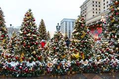 Moscú, Rusia - 5 de enero de 2018: Viaje del festival de Moscú a la Navidad Árboles iluminados del Año Nuevo en el cuadrado de Ma Imagen de archivo