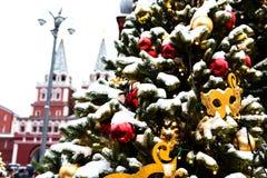Moscú, Rusia - 5 de enero de 2018: Viaje del festival de Moscú a la Navidad Árboles iluminados del Año Nuevo en el cuadrado de Ma Fotos de archivo libres de regalías